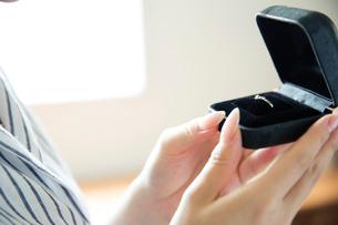 指輪を持つ女性の手元の写真素材 [FYI02669716]