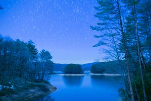 聖湖と満天の星の写真素材 [FYI02669763]