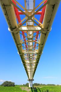 下から見上げる水道橋の写真素材 [FYI02669997]