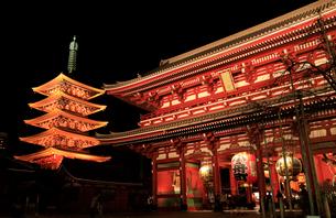 浅草寺 宝蔵門と五重塔の夜景の写真素材 [FYI02670054]