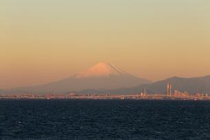 早朝の富士山と横浜の写真素材 [FYI02670193]