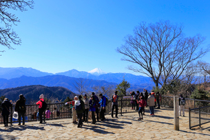 高尾山から眺める富士山の写真素材 [FYI02670284]