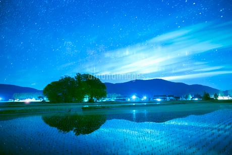 田植えの田園風景と満天の星の写真素材 [FYI02670299]