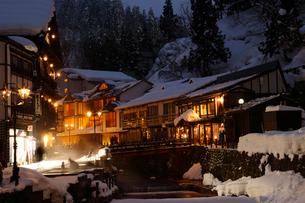雪に包まれた銀山温泉の街並の写真素材 [FYI02670492]