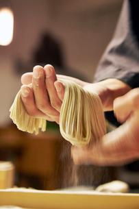 手打ち蕎麦を持っているイメージ写真の写真素材 [FYI02670520]