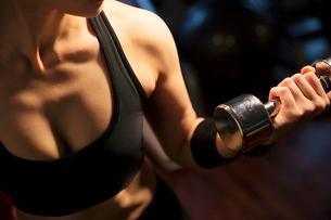 ダンベルを持ちトレーニングをする女性の手元の写真素材 [FYI02670615]