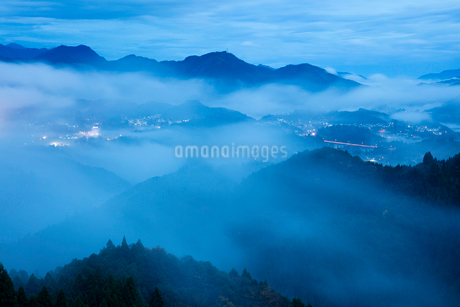 国見ヶ丘より高千穂 霧の山並みの写真素材 [FYI02670636]