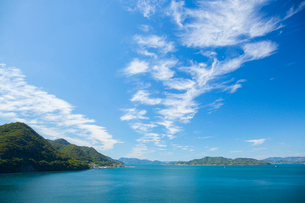 青空と瀬戸内海の写真素材 [FYI02670646]