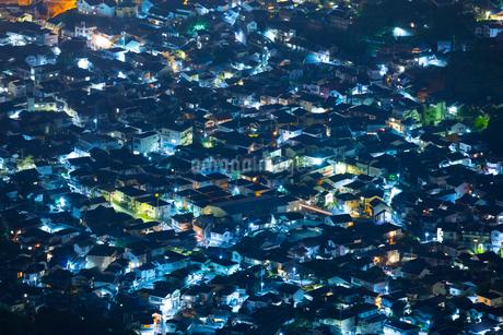 灰ヶ峰より住宅街夜景の写真素材 [FYI02670698]