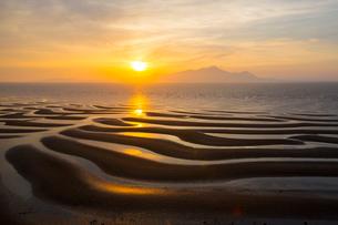 御輿来海岸の有明海砂干潟の夕陽の写真素材 [FYI02670719]