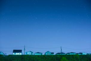 団地の住宅と星空の写真素材 [FYI02670901]