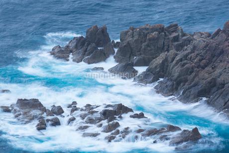 リアス式海岸の岩礁と波しぶきの写真素材 [FYI02670918]
