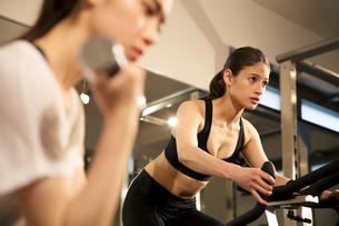 ジムでトレーニングをする20代女性2人の写真素材 [FYI02671012]