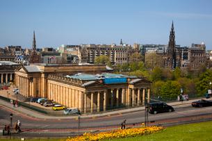 スコットランド国立美術館とスコット記念塔の写真素材 [FYI02671071]