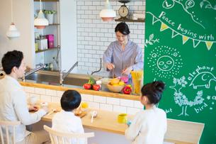 幸せな家族の食事風景の写真素材 [FYI02671080]
