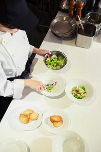 調理場で働く女性の手元の写真素材 [FYI02671093]