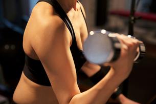 ダンベルを持ちトレーニングをする女性の写真素材 [FYI02671102]