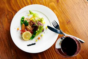 鶏肉のソテー~野菜添えの写真素材 [FYI02671121]