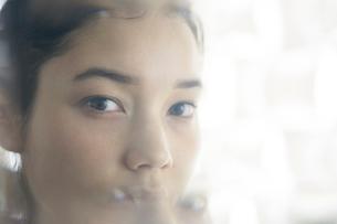 20代ナチュラルメイクの外人モデルの写真素材 [FYI02671124]