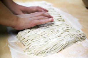 手打ち蕎麦を持っているイメージ写真の写真素材 [FYI02671130]