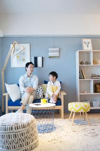 リビングで話す幸せな親子の団欒風景の写真素材 [FYI02671150]