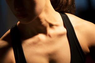 トレーニング中の女性の胸元の写真素材 [FYI02671157]