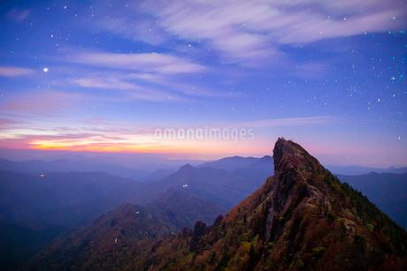 満天の星と秋の石鎚山天狗岳の写真素材 [FYI02671168]