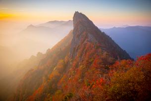 朝日に映える石鎚山天狗岳の写真素材 [FYI02671200]