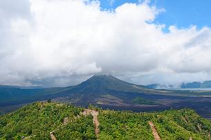 バリ島キンタマーニ高原のバトゥール山とバトゥール湖の写真素材 [FYI02671222]