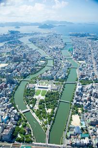 広島市平和公園上空より南方向の写真素材 [FYI02671233]