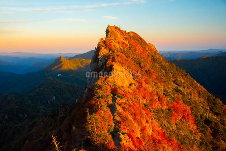 夕映えする秋の石鎚山天狗岳の写真素材 [FYI02671269]