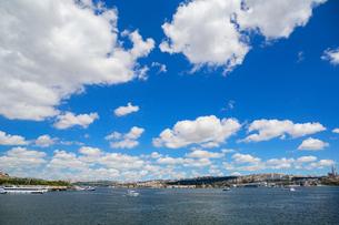 アタテュルク橋から望む金角湾の写真素材 [FYI02671289]