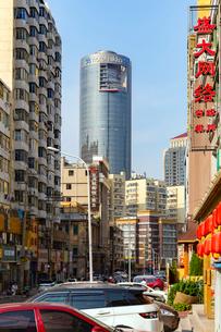 大連,民生街の繁華街の写真素材 [FYI02671311]