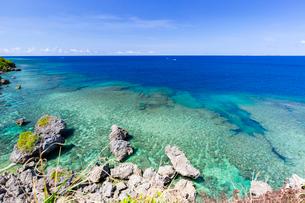 サバウツガーの断崖から望むサンゴ礁の写真素材 [FYI02671316]
