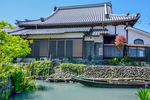正厳寺と田舟と水路(伊庭の水辺景観)の写真素材 [FYI02671373]
