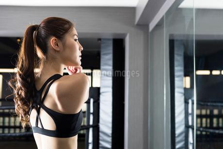ジムでトレーニングをする女性の写真素材 [FYI02671441]