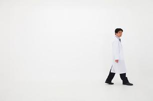 白衣の男性の写真素材 [FYI02671463]