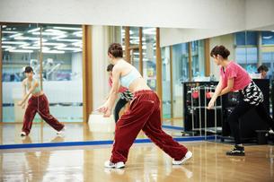 スタジオでダンスの練習をする女性の写真素材 [FYI02671478]