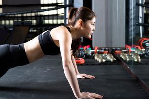 ジムでトレーニングをする女性の写真素材 [FYI02671484]