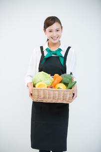 生鮮野菜を持つ野菜ソムリエの写真素材 [FYI02671519]