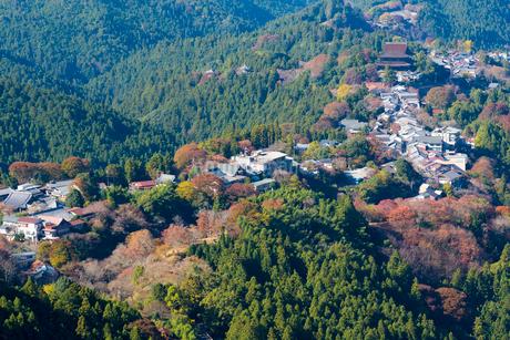 花矢倉から望む紅葉の吉野山の写真素材 [FYI02671556]