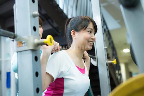 スポーツジムで運動する女性達の写真素材 [FYI02671583]