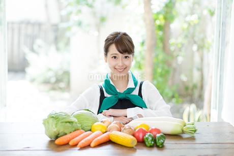 生鮮野菜を持つ野菜ソムリエの写真素材 [FYI02671588]