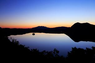 第一展望台から見た黎明の摩周湖の写真素材 [FYI02671613]
