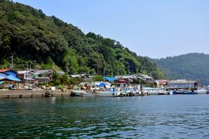 沖島港の船と町並みの写真素材 [FYI02671655]