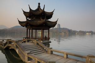 夕影亭より雷峰塔を望む(中国浙江省杭州 西湖)の写真素材 [FYI02671681]