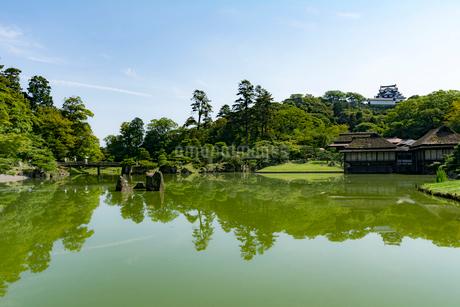 玄宮園全景と彦根城の写真素材 [FYI02671682]