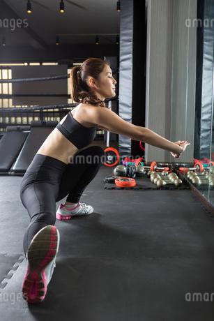 ジムでトレーニングをする女性の写真素材 [FYI02671686]