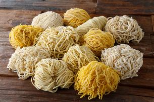 札幌ラーメンの色々な麺(木目の背景)の写真素材 [FYI02671689]