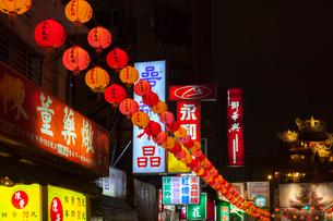 台北 饒河街夜市,入り口前の提灯の写真素材 [FYI02671691]